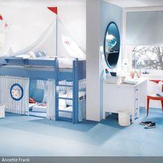 Exklusives, komplett umbaubares Kinderbett 'Segelboot' in blau im maritim eingerichteten Kinderzimmer für Jungen.