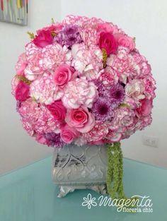 Centro de mesa para boda de rosas y claveles rosas