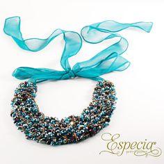 -Collar Bercomata- Collar elaborado a mano con cristales de Moravia en diferentes colores como negro, blanco, verde y turquesa. lo encuentras en Especia.  http://www.elretirobogota.com/esp/?dt_portfolio=especia