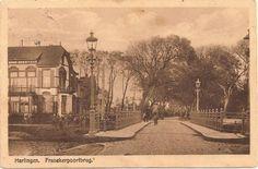 Harlingen, Franekerpoortsbrug, met mooie straatlantaarns. Prentbriefkaart circa 1925.