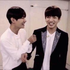 #wattpad #fanfic Taehyung es un chico del montón. Su plan para el último año en la preparatoria es pasar desapercibido y seguir admirando a Jeon Minjae desde la distancia. Pero todo cambia cuando el hermano de Minjae, Jungkook, regresa a casa. Desde que Taehyung puede recordar, Jungkook le ha hecho la vida imposibl...