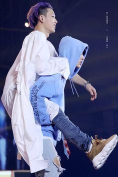 BI carrying injured Bobby iKON at the SBS Super Concert in Taipei Chanwoo Ikon, Kim Hanbin, Yg Entertainment, Got7, Ikon Member, Winner Ikon, Warner Music, Ikon Kpop, Bobby S