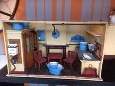 Zeer mooie antieke poppenhuis keuken met diverse emaille accessoires, koffiemolen compleet, lichtpunt en meubeltjes . Zeer mooi en decoratief item. Gaat compleet zoals op fotos weg, items in keuken