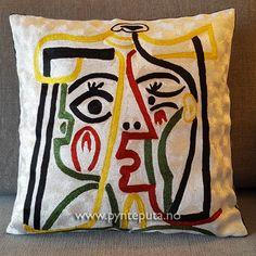 Pynteputa - Portrett Hvit. Denne puten er inspirert av Picasso, og finnes i flere versjoner. Motivet er tøft og stilig og har et spennende design inspirert av moderne kunst. Det vil gi et ekstra løft til interiøret ditt. Puten har hvit bakgrunn, og fargene dyp rød, dyp grønn, skarp gul og sort. Fra nettbutikken www.pynteputa.no #pyntepute #pynteputer #pynteputa #farger