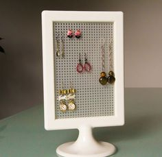A cheap and easy earring display - Ikea Tolsby Frame & cross-stitch canvas Diy Earring Holder, Earring Storage, Earring Display, Jewellery Storage, Jewellery Display, Homemade Earring Holders, Purse Storage, Earring Tree, Earring Cards