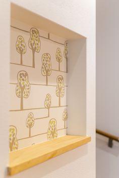 2階の廊下に設けたニッチアクセントクロスは「BB-9879」 #ニッチ #飾り棚 #ディスプレイ #壁紙 #クロス #BB-9879 #シンコール #かわいい #イラスト #木 #森