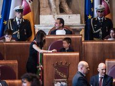 Roma- Un pugno di minuti dopo le 18 e' cominciata formalmente l'era Raggi al Comune di Roma: a quell'oral'avvocatessa pentastellatah...