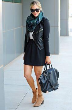 une belle écharpe à carreaux vert foncé et une veste en cuir noir