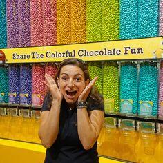 A lojaM&M Worldem Las Vegas é um dos lugares mais visitados por pessoas do mundo todo. Quem gosta desse chocolate ficará encantado com a loja de M&M em Las Vegas. Conhecida como o mundo do M&M a loja faz jus ao nome já que é possível encontrar uma variedade de coisas só dessas carinhas redondas. São diversos produtos brinquedos doces e chocolates que fazem as crianças ficarem doidas e quererem comprar tudo o que encontram pela frente. A loja fica naLas Vegas Strip que é a principal avenida…