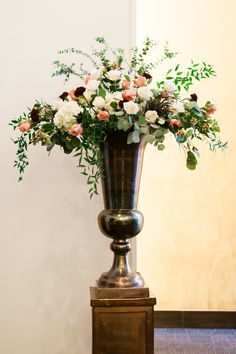 Elegant floral arrangement. Photography: Marcie Meredith Photography - marciemeredith.com