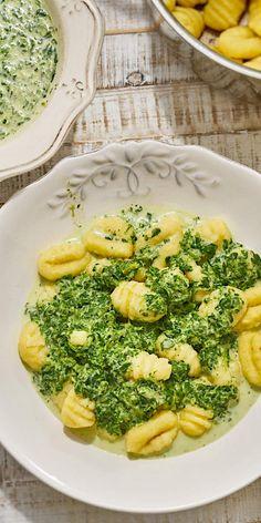 Diese Gnocchi in cremiger Spinat-Käse-Sauce eignen sich perfekt als leckeres und schnelles Abendessen. In nur 15 Minuten steht das Gericht auf deinem Tisch und wird deine Geschmacksnerven nach Italien entführen.