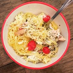 Kid + Husband Approved ⭐️⭐️⭐️⭐️⭐️ Layers 1. Spaghetti Squash 2. Diced tomatoes 3. 1 cup Skim Ricotta + 1 Egg White + .25 Cup parm cheese + seasonings like salt, Italian, onion 4. Diced Chicken mixed with .25 cup Basil Pesto 5. Mozzarella Bake 400 for 30 minutes  Delish! My serving was 24f/15c/40p  #skinnymegfood