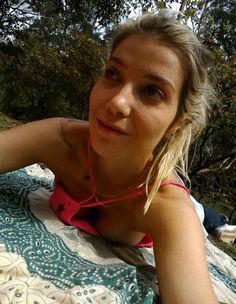 Luiza Possi quase mostra demais em dia relax no parque