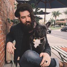 Una tarde cualquiera en un café, estos amigos disfrutan la vida:   25 Hombres guapos con barba y perrito que vas a querer tener en la sala...