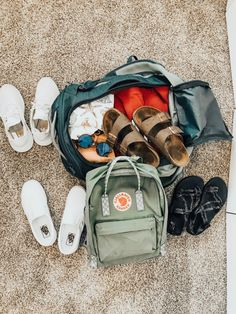 Packing guide for beach vacation. Remember when deciding what you should pack travel organization starts and ends with 2 things: time as well as preparation. Make moving around less complicated on you with these tips. Mochila Kanken, Kanken Backpack, Travel Backpack, Summer Aesthetic, Travel Aesthetic, London Travel Guide, Summer Goals, Travel Organization, Travel Packing