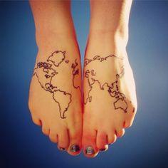 Pequeño tatuaje de un mapa del mundo en los pies.
