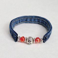Dieses Armband wurde aus einer Upcycled recycelten Jeans Blue Jeans Naht gefertigt. Es hat 2 rote Kristall-Perlen (8mm), 1 große Runde Silberperle (10mm) & 4 Silber Spacer Perlen. Um die Nähte, die ich geschnitten wurden mit Textilkleber zu halten zu leicht Ausfransen geklebt. Die