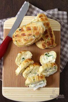 Rápido, simples e muito saboroso!!! Você pode fazer o pão de alho para churrasco com 1 dia de antecedência e deixar na geladeira.. Fica incrível!!!