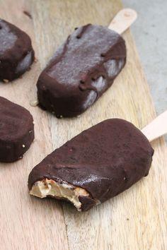 """Mein cremiges Cashew-Eis, das von knackiger Schokolade umhüllt wird, besteht aus gesunden Zutaten und passt in Phase 2 der """"Zuckerfrei""""-Challenge!"""