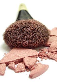 Tips de maquillaje:  - Siempre desmaquillarse antes de ir a dormir   - No guardar maquillaje en el baño (es un lugar húmedo y los productos se arruinan más rápido)  - Guardar esmaltes en la heladera para evitar que se sequen o espesen.  - Limpiar/lavar pinceles de maquillaje (evita que acumulen bacterias y alargan su uso)  - Cuidado con la caducidad de los productos. Ver textura, color y olor de lo que usas. (Muchos maquillajes después de un tiempo pueden provocar irritaciones)