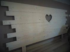 Tête de lit fait à partir de bois de palette. Les planches ont été lamellées collées pour une meilleure solidité. Un cœur a été ajouré au centre de la tête de lit. Tête de lit romantique à souhait.