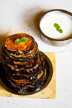 baingan bhaja - crispy fried Accompany with some rotis or naan & yogurt Indian Snacks, Indian Food Recipes, Veggie Recipes, Vegetarian Recipes, Cooking Recipes, Cooking Ideas, Garam Masala, Chana Masala, Bangladeshi Food