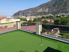 Terrazzo con putting green erba sintetica Artificial Turf, Terrazzo, Grass, Golf Courses, Mansions, House Styles, Astroturf, Manor Houses, Grasses