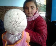 El mundo de los nenucos: Gorrito Nuevo para nenuco Nancy Doll, Baby Born, Diy And Crafts, Wraps, Beanie, Dolls, Knitting, Disney, Fashion