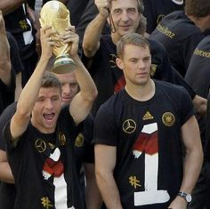 Thomas with the World Cup trophy and Manu acting like it's no big deal Best Football Players, Soccer Players, Football Team, World Cup Champions, We Are The Champions, Thomas Müller, World Cup Trophy, German National Team, Dfb Team