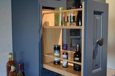 krydderuttrekkene på siden av gruen viser at et delikat håndlaget kjøkken også kan ha praktiske og smarte løsninger Liquor Cabinet, Storage, Furniture, Home Decor, Cornice, Purse Storage, Decoration Home, Room Decor, Larger