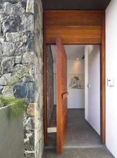 massive Haustür aus echtem Holz führ zur Hausinnere