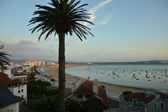 in São Martinho do Porto, PT. House with great location in front of the beach and overlooking the Bay! It is 5 minutes walk from beach, cafes and supermarket. T3 duplex apartment with living / dining room on the 1st floor with access to a spacious balcony overlooking the Bay. ...