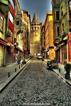 Улочки Таксима, узенькие в окружении стен исторической давности, с расположенными повсюдю кофейнями и закусочными, пожалуй одно из самых любимых многими мест. Личный гид в Стамбуле http://trvipguide.com/guide-in-istanbul
