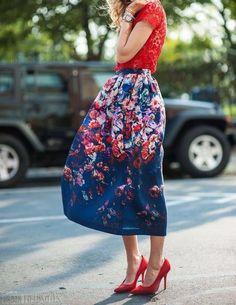 Esta temporada lo que esta super de moda es la tendencia ''Bold Florals''¿Que tal esta increíble falda abajo de la rodilla para una comida con amigas? #summer