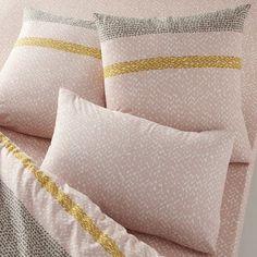 Taies d'oreiller carrée et rectangulaire imprimées pur coton, Macio. Belle association de micro-motifs et de couleurs tendres.Caractéristiques des taies d'oreiller carrée et rectangulaire Macio :Pur coton (57 fils/cm²). Plus le nombre de fils/cm² est élevé, plus le tissage est de qualité. Alternance de micro-motifs roses sur fond blanc et de micro-motifs gris sur fond blanc, rythmés par une bande jaune acide.Taies lavables à 60°.Le label Oeko-Tex® garantit que les ...