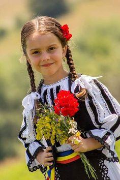 Viorel el mago - Google+ Precious Children, Beautiful Children, Cute Kids, Cute Babies, Adorable Petite Fille, Romanian Girls, European Girls, Easter Art, Child And Child