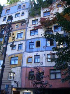 まるで絵本の家?!ウィーンのガウディ「フンデルトヴァッサー」建築   オーストリア