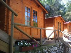 Cabañas del Camping Playa de la Franca Cabin, House Styles, Home Decor, Wood Cabins, Vacations, Beach, Decoration Home, Room Decor, Cottage