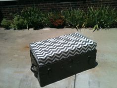 old trunk with upholstered seating cushion Trunk Makeover, Furniture Makeover, Diy Furniture, Old Trunks, Trunks And Chests, Toy Storage Boxes, Shoe Storage, Storage Chest, Old Trunk Redo