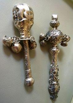 Online veilinghuis Catawiki: Twee zilveren rammelaars met repoussé decor en drie belletjes