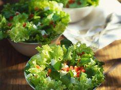 Blattsalat mit Feta und Tomaten ist ein Rezept mit frischen Zutaten aus der Kategorie Fruchtgemüse. Probieren Sie dieses und weitere Rezepte von EAT SMARTER!