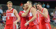 As roupas dos times masculino e feminino de basquete russos também trazem os desenhos geométricos em detalhes laterais e trazem um tom forte de vermelho
