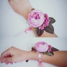 How to make wrist corsage diy 14 - Beauty of Wedding Turkish Wedding, Persian Wedding, Flower Corsage, Wrist Corsage, Prom Flowers, Bridal Flowers, Diy Flowers, Flower Hair Accessories, Wedding Accessories