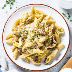 Sauce crémeuse aux champignons—Une sauce décadente qui peut même se préparer à l'avance:laissez-la refroidir et mettez-la dans des pots de verre. Elle se conservera jusqu'à 2 jours au réfrigérateur. Voir la recette Pesto Sauce, Gnocchi, Risotto, Biscuits, Cooking, Ethnic Recipes, Food, Pizza, Creamy Mushroom Pasta
