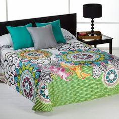 Edredón NICOSIA Barbadella Home. Aparecen dos grandes mandalas rodeadas de flores y otros detalles en llamativos colores. Está disponible en fucsia o en turquesa, para que elijas tu mejor combinación.