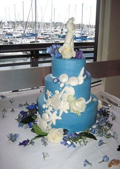How perfect for a California wedding by the sea! The seashells are made of white chocolate--can you believe it?