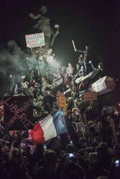 """""""Charlie Hebdo"""" : """"Le crayon guidant le peuple"""", décryptage d'une photo culte - L'Obs Exploration, avec son auteur Martin Argyroglo, de la photo iconique qui fait la une de """"l'Obs"""", un numéro spécial """"Charlie Hebdo""""."""