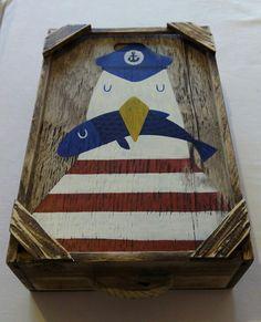 Caja de pescado pintada a mano. De venta en Dorna (Laxe).