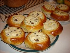 Baked buns from yeast dough with open stuffing, curd or fruit and berry. It turns out very tasty and nutritious. Cottage Cheese Recipes, Sweet Pastries, Home Recipes, Raisin, Cheesecake, Muffin, Tasty, Breakfast, Food