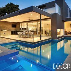 Sofisticada área de lazer ganha destaque em residência contemporânea. Veja em: